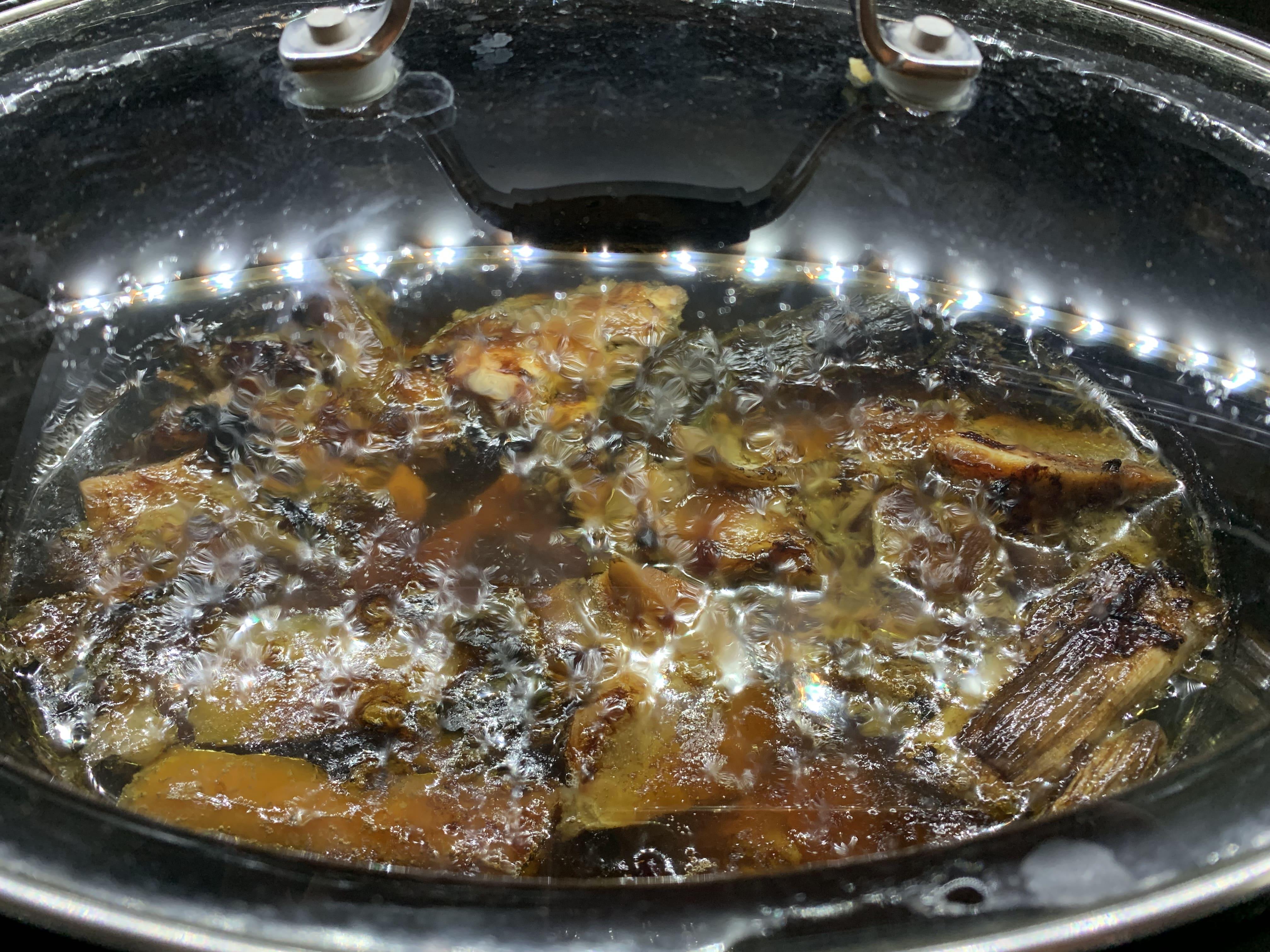 Brodo d'ossa in cottura nella slow cooker