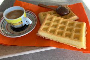 waffle paleo chetogenica con crema di nocciole e cacao