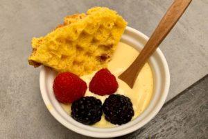 sfoglie di uovo dolci con crema e frutti di bosco