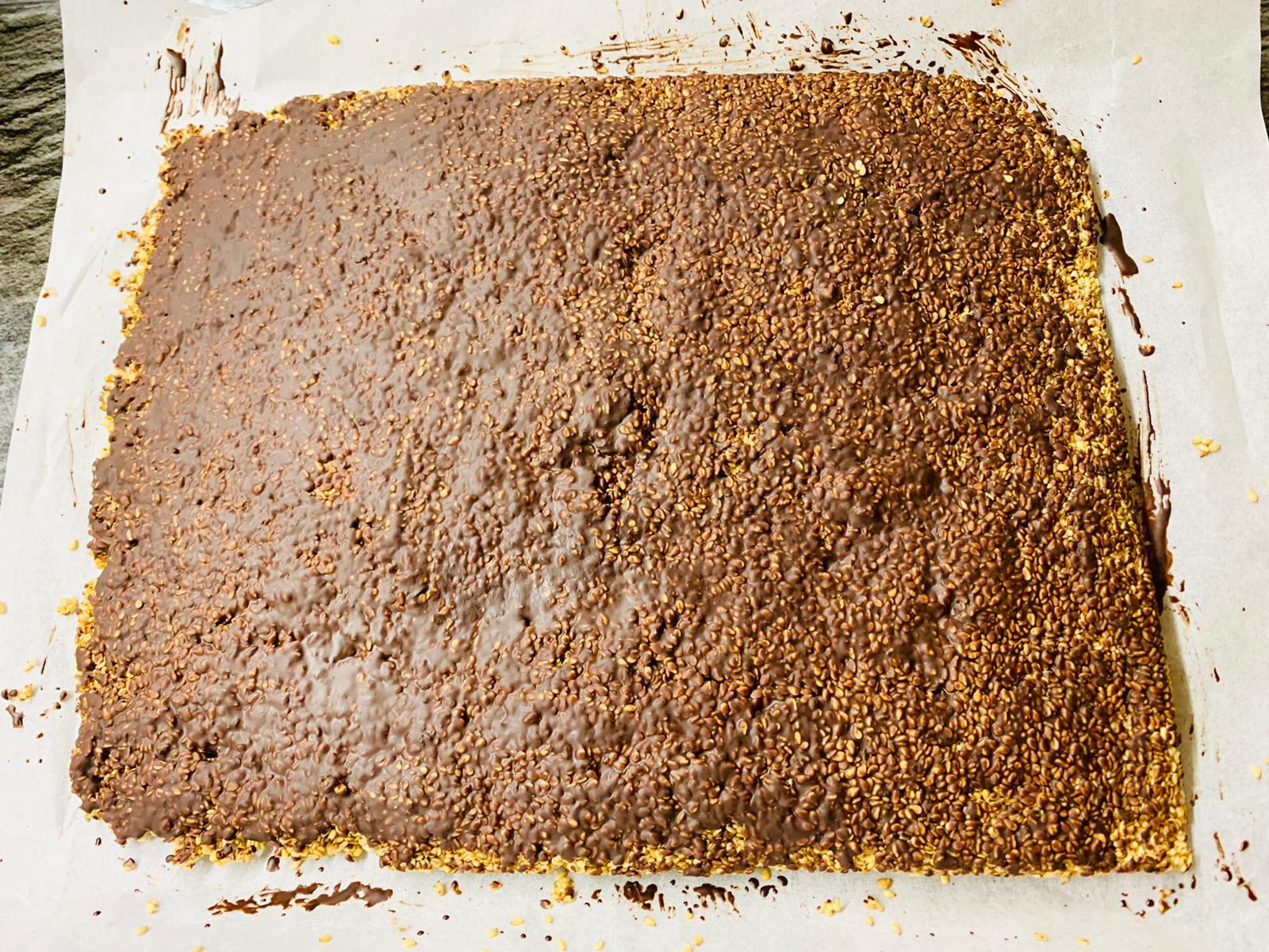 Stendere il cioccolato fuso su tutta la superficie e mettere in freezer